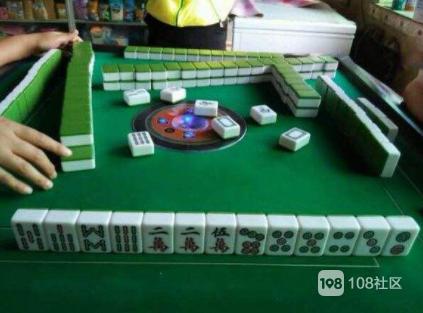 老妈和朋友在家里玩小麻将,突然来了四个警察敲门…