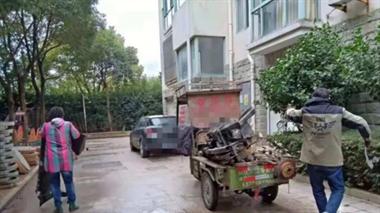 男子30万私家车停小区, 物业将其当废品拆解卖了