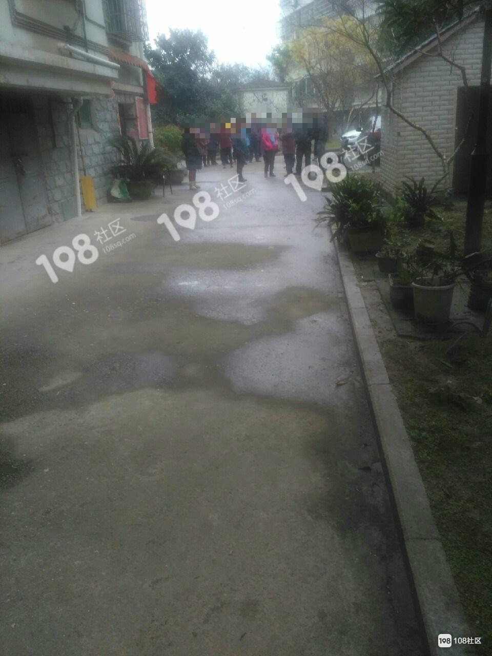 老人在7平米的附房去世,家属今天要求房东赔钱!警察也到了