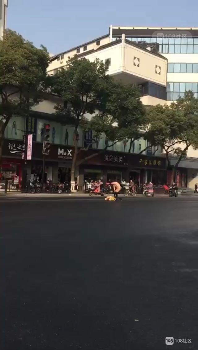 什么情况?绍兴街头一人当众脱衣,就站在车来车往的马路中央