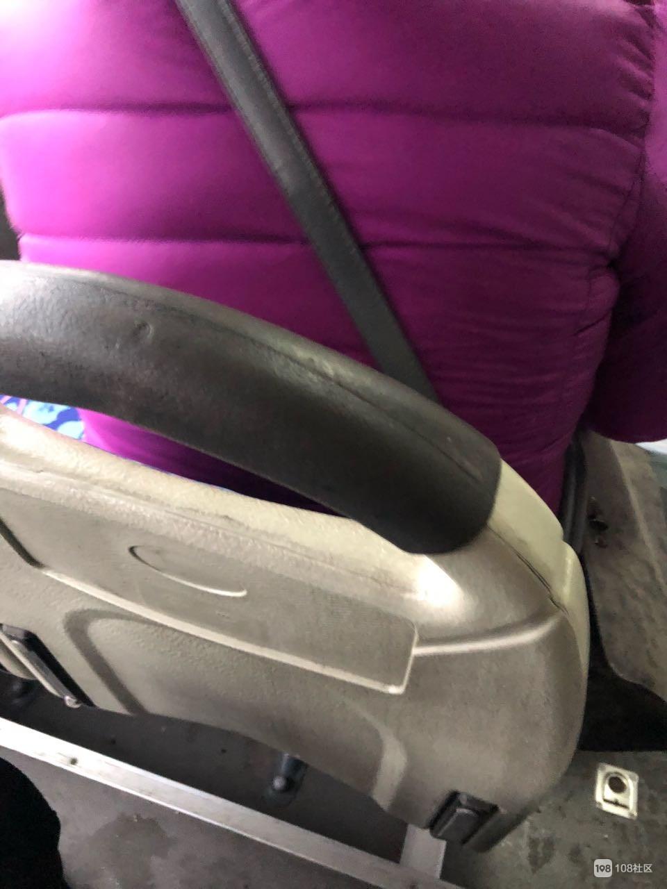 229公交上一大妈晕车呕吐,可她接下来的行为却让人反感