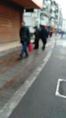 兴康南路菜场一穿黑衣男子倒地不起,警车都惊动!