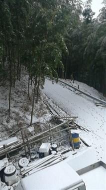 北山又下雪了!白雪厚积盖路 上山的老铁们千万要小心
