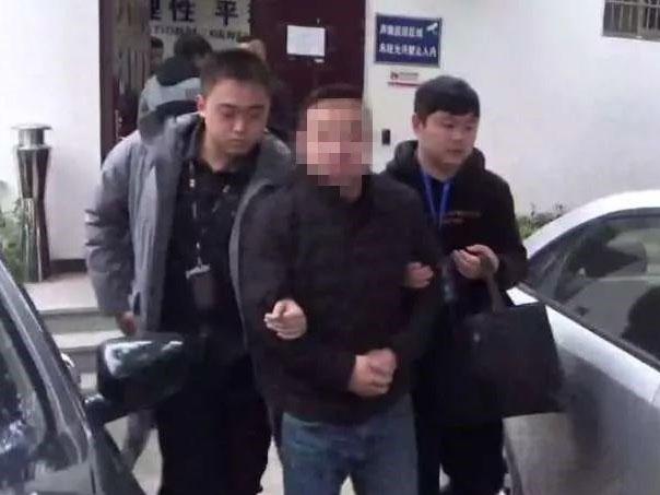 新市一宾馆内20岁左右小伙犯事被抓!手上拷锁脚上挂链条…