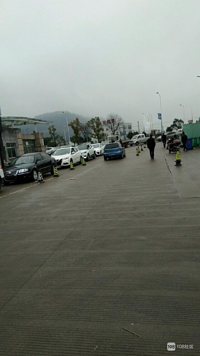 天台人都噶有钱了?车管所门口 几十辆新车排队等着上牌!