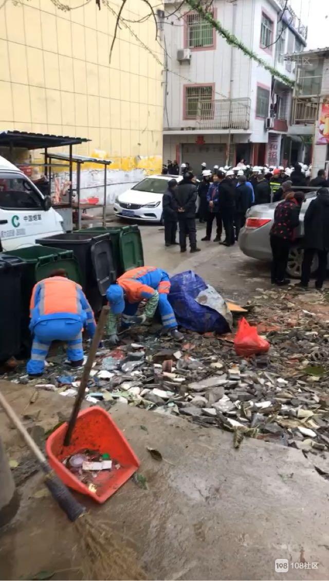西客站附近正在拆迁中!很多执法人员在现场维护 大家请绕行