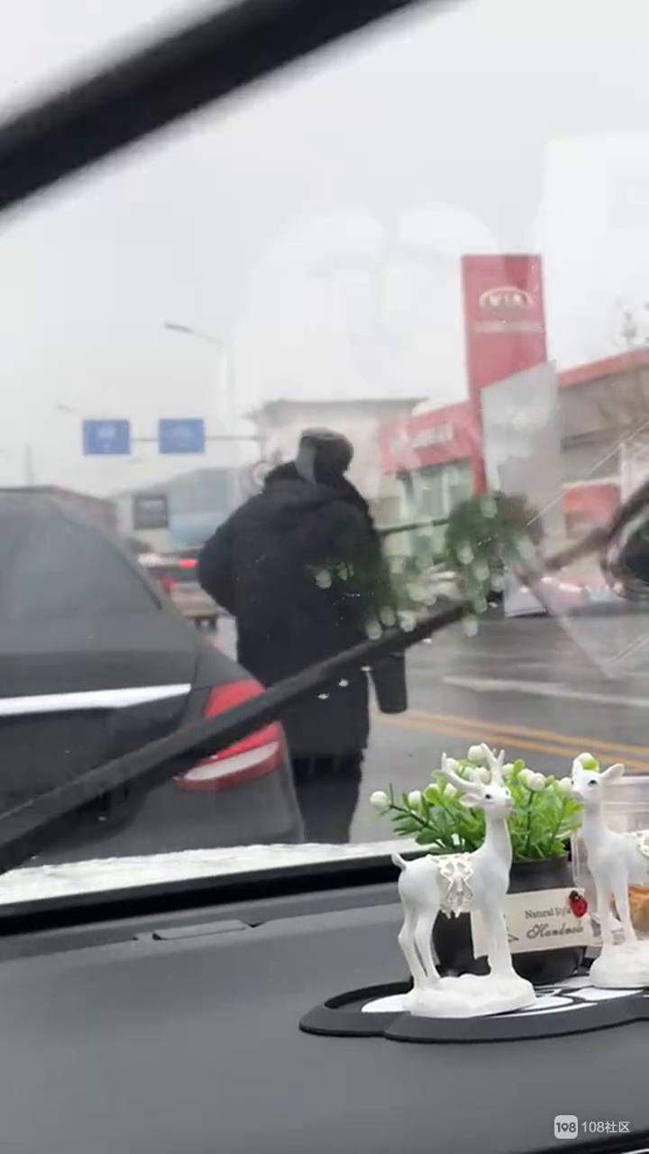 惊曝!绍兴车管所前车辆排长队上牌,有保安收费帮插队?