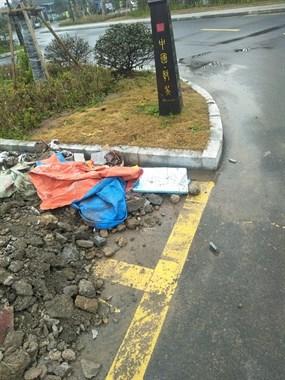 最新!鄣吴某地停车位建筑垃圾一转眼就清理了,这速度给力!