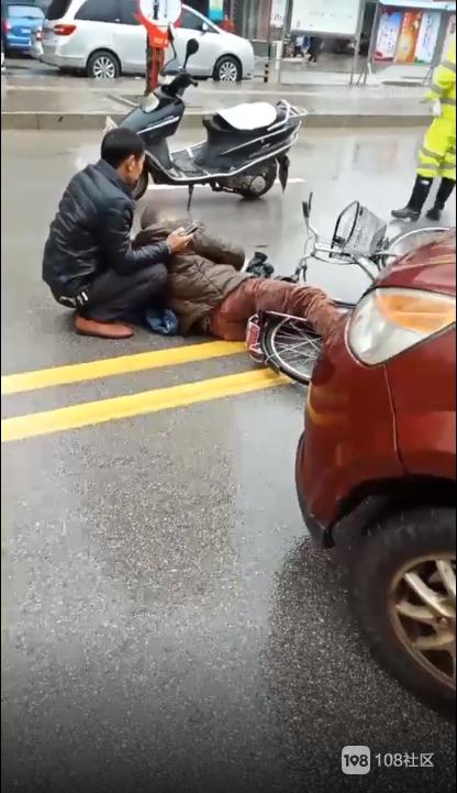 康家花园附近一老人被汽车撞倒!躺在地上起不来 已上担架