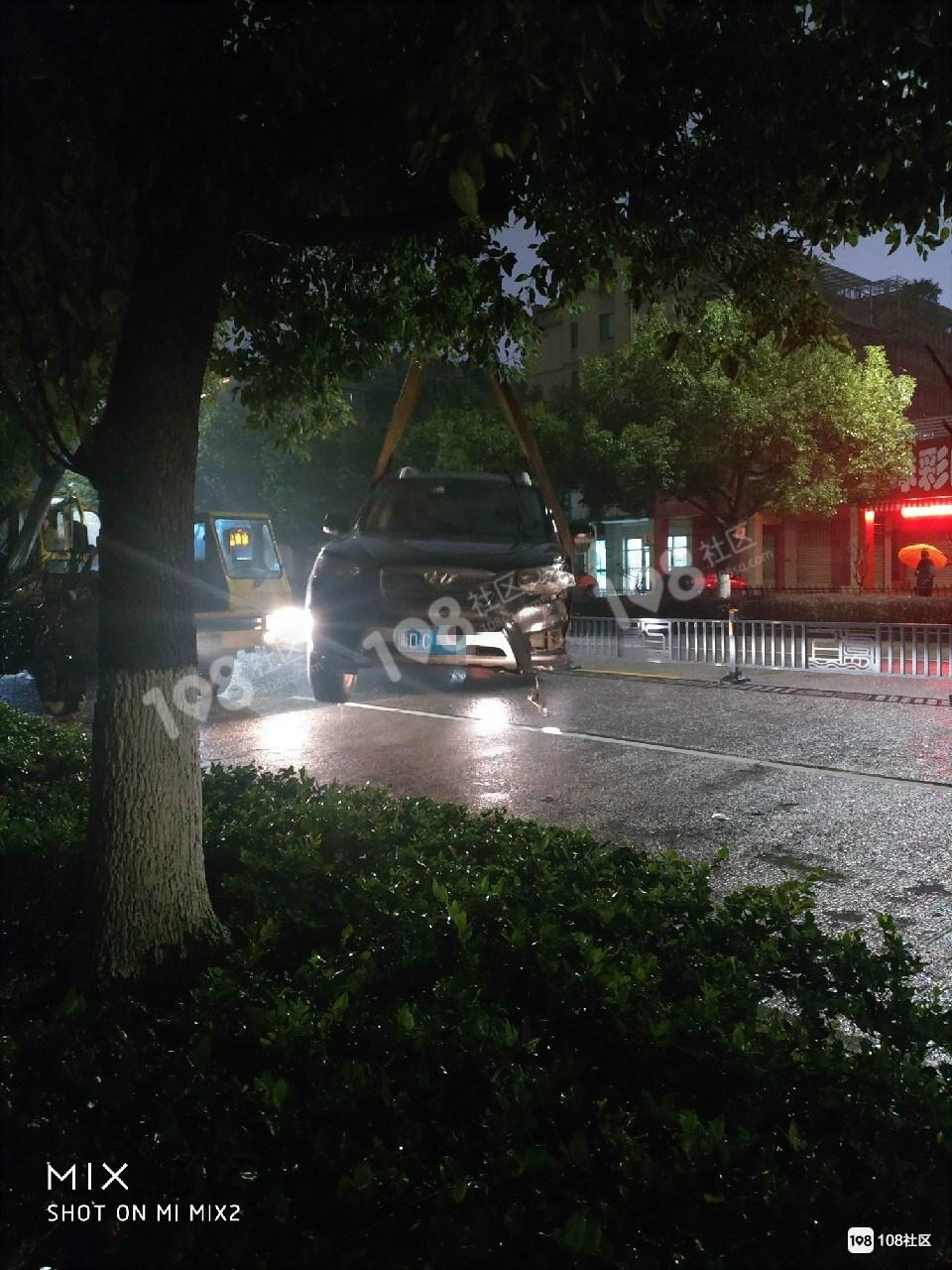 城北一现代把护栏撞得稀巴烂,奇怪的是司机急忙离开了…