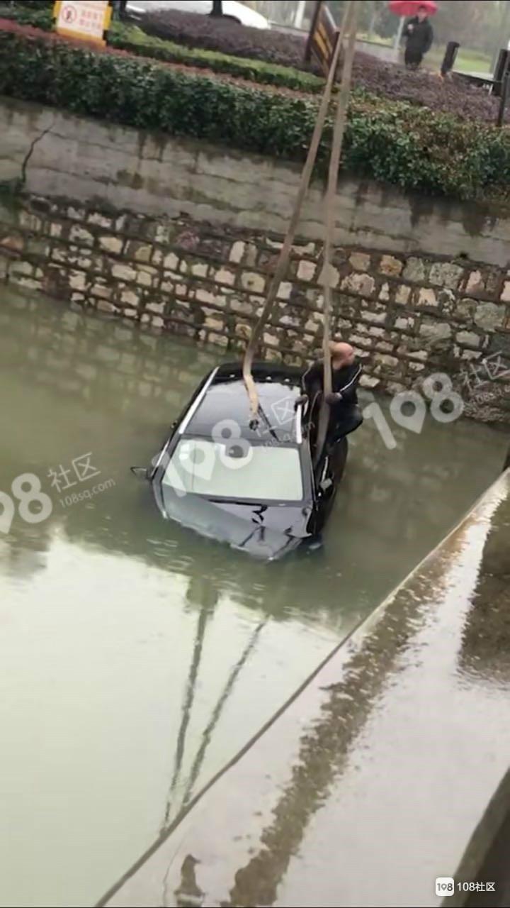 崧厦一奔驰开进河里,水都淹到车顶了!