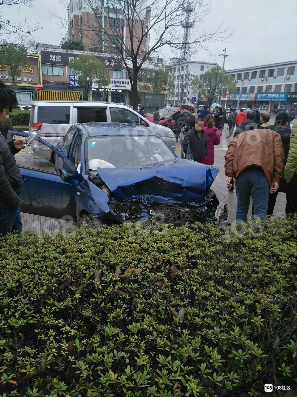 双塔路2车硬碰硬!蓝车安全气囊弹出,红车车头全毁冲上草坪