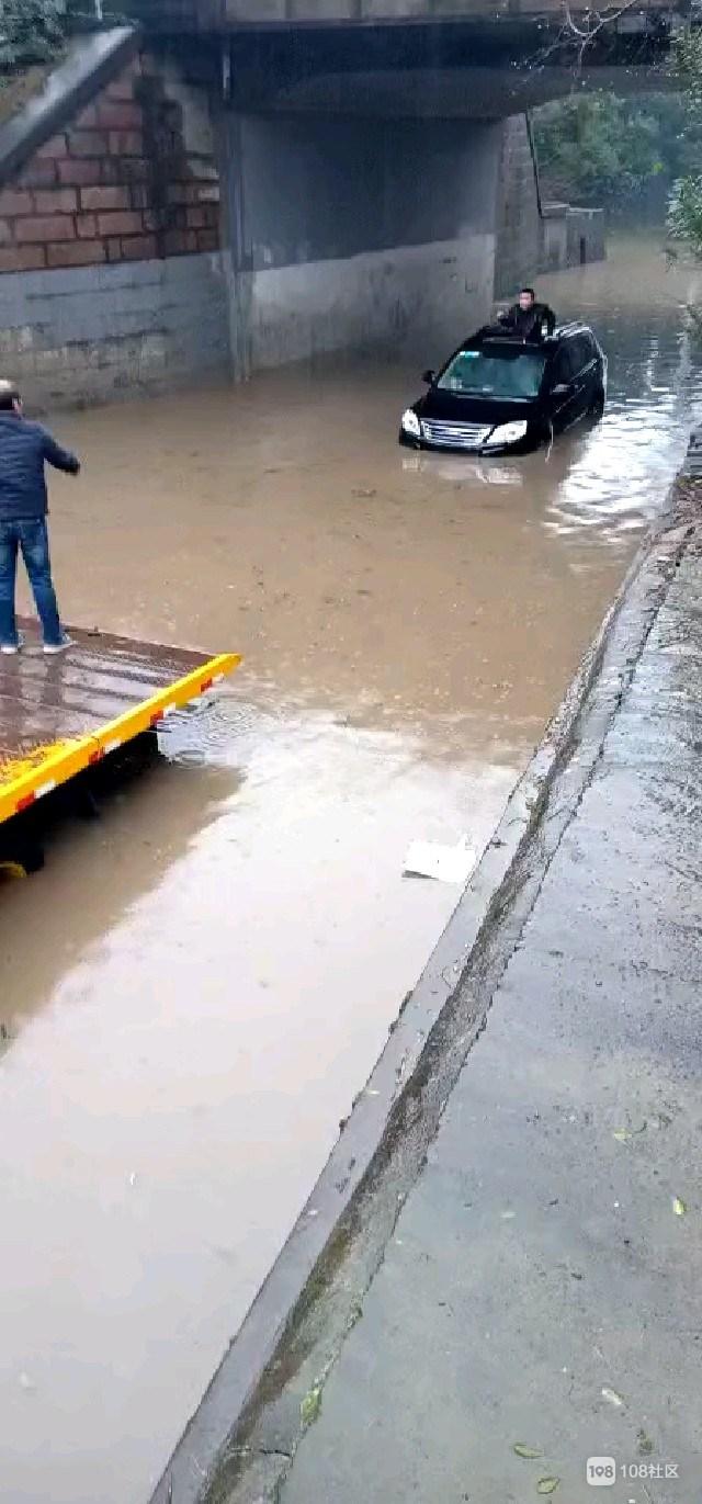 江山桥洞积水一小车不幸中招,车主趴车顶等待救援!