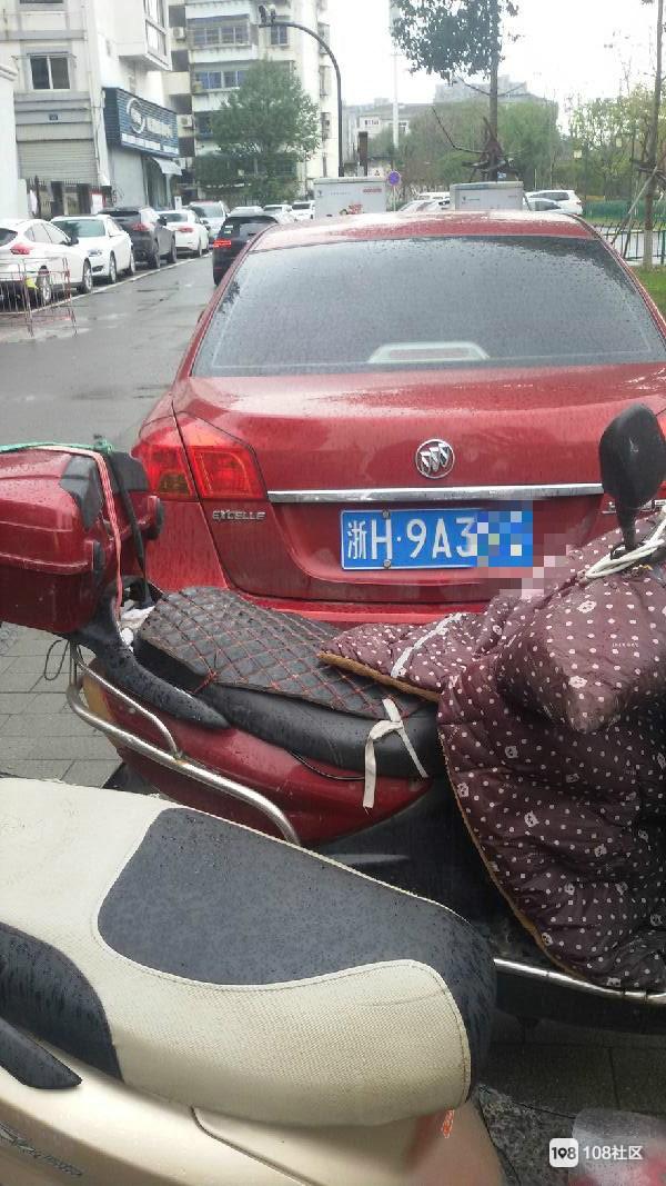 """衢州这司机""""见缝插针""""的本事真是高,这样也能硬挤进去"""