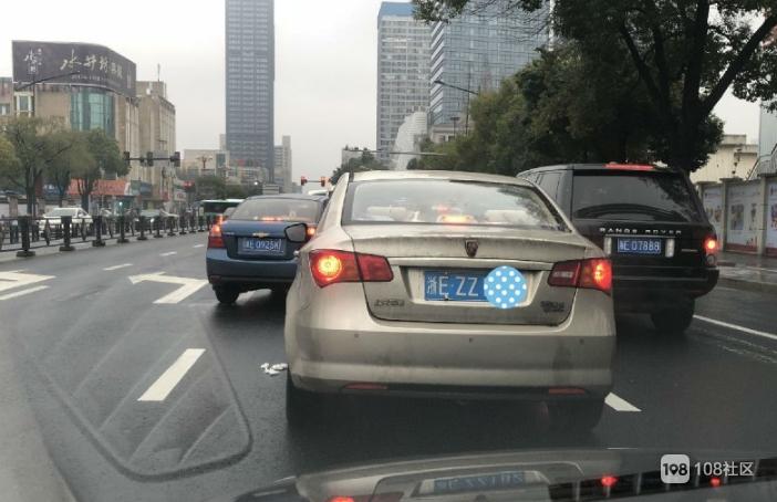 太恶心!在等红绿灯时,浙E某司机竟做这事,一地的纸巾…