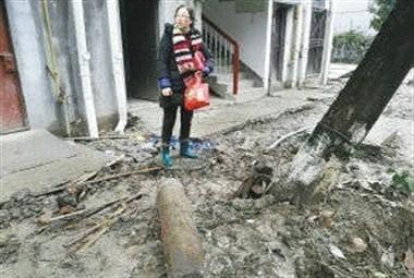 柯桥蓝宝石公寓:小区出入口反复开挖,居民天天走泥路