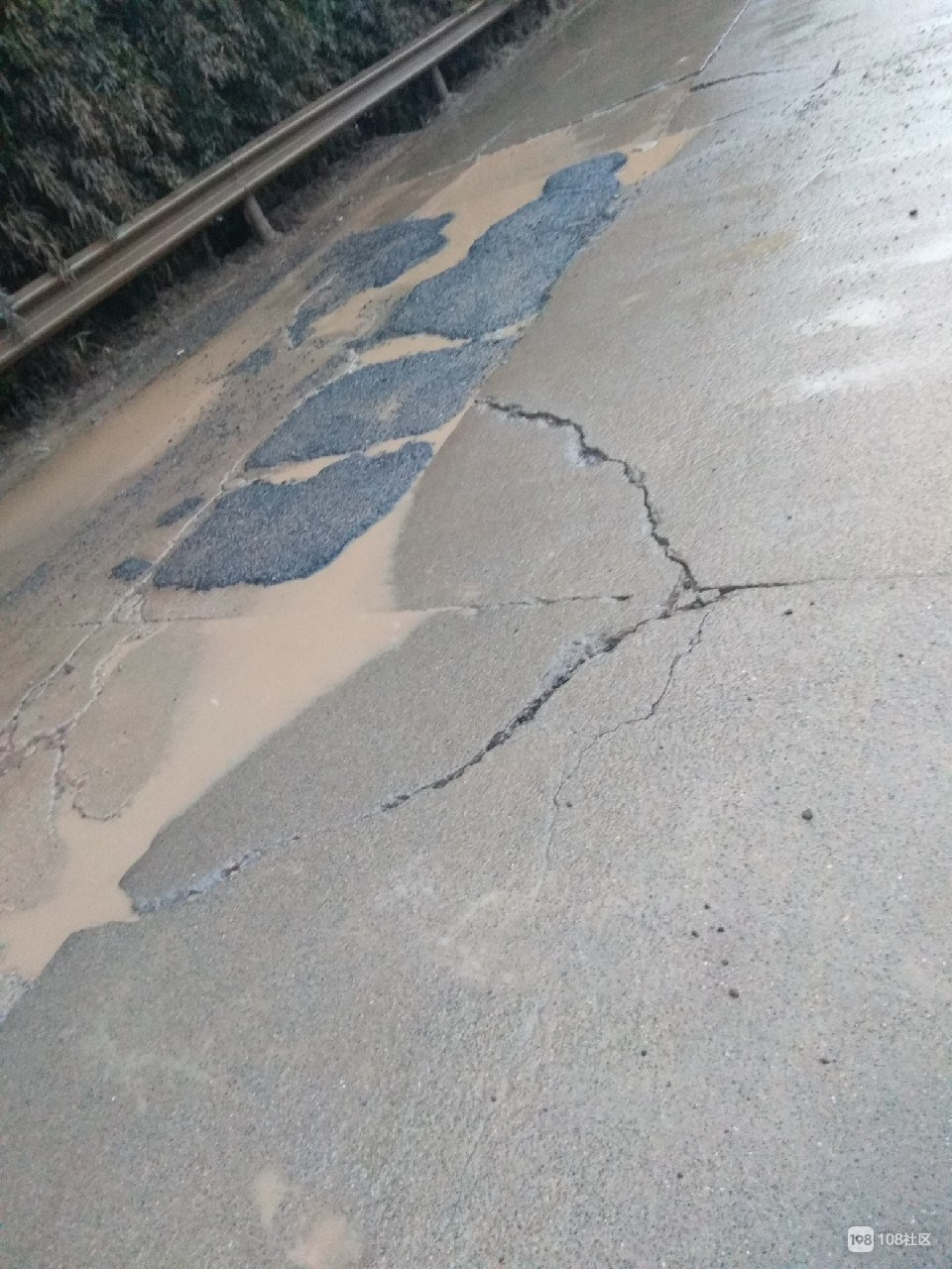 前良这段路害苦骑小毛驴的人!坑洼积水,汽车开过溅你一身泥
