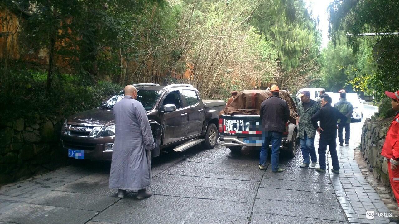 国清寺门口出事!普陀山和尚撞上本地皮卡车 车头受损严重