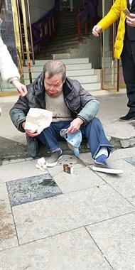 瓷都老人在浙江路摔倒了 坐在地上血流不止!谁家的