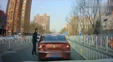 女司机下车后车往前冲,撞破护栏冲进对向车道,堪称大片