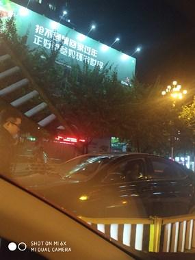 滨江路与马坑桥路口小车撞护栏