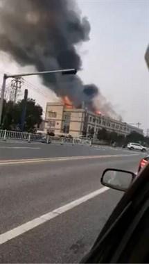 嘉兴一机械厂突发大火,现场传出爆炸声,19辆消防车出动