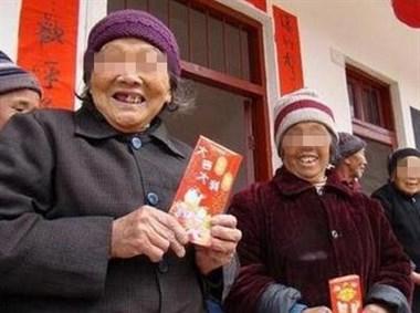 德清某村噶幸福,拆迁分散了,仍给全部满80岁老人发大红包