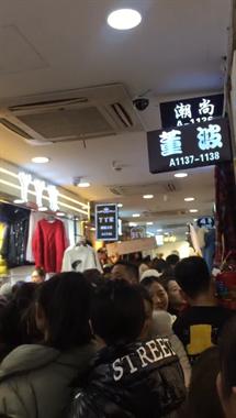 场面吓人!社友去杭州四季青买衣服,场面混乱成这地步...