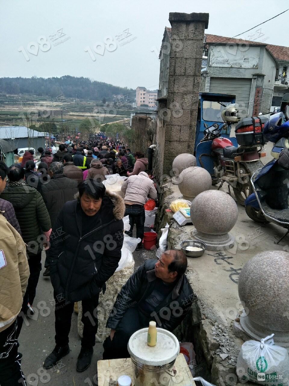 回山赶集人挤人!村民挤一起买年货,比城里便宜多了
