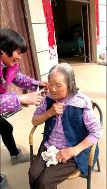 赞:江山吴村也有个好媳妇,经常帮93岁的婆婆洗头洗脚!