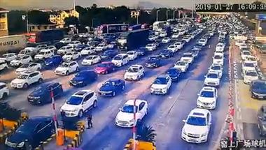 情况危急!衢州一救护车堵在高速,交警带路打开生命通道