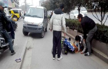 路口一人骑电瓶车摔倒 没等社友去扶 3天台人已冲上去了…