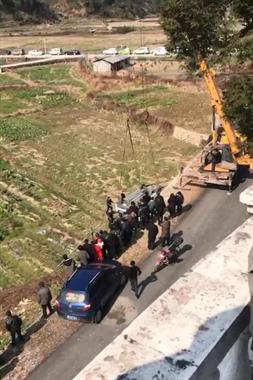 惊险!开化苏庄一轿车翻下路基,吊车正在施救中