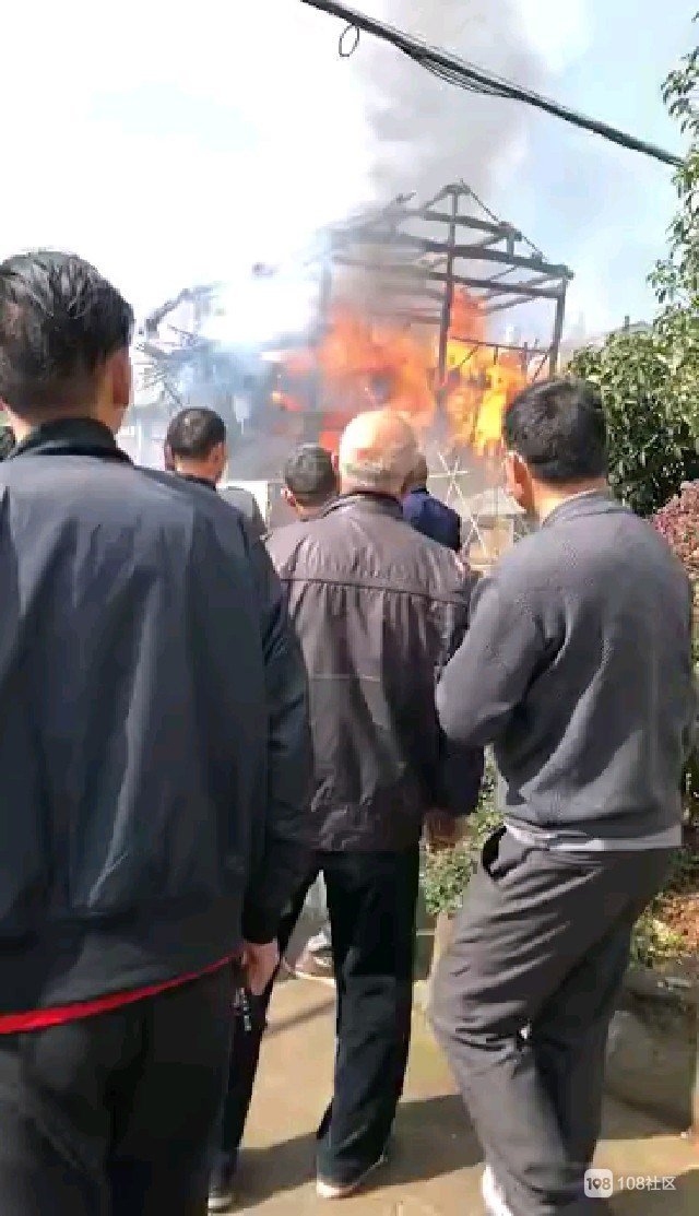 屯桥发生火灾!消防车呜呜直响 一栋房子烧得只剩骨架!