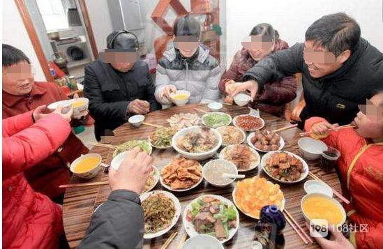 这顿饭尴尬!全家坐着吃饭,女婿被岳母要求只能站着