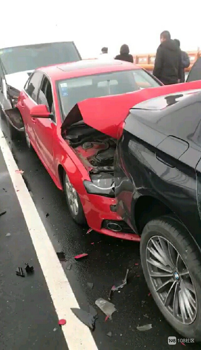 """大叔""""直播""""跨海大桥连环车祸:撞了上百辆车?"""