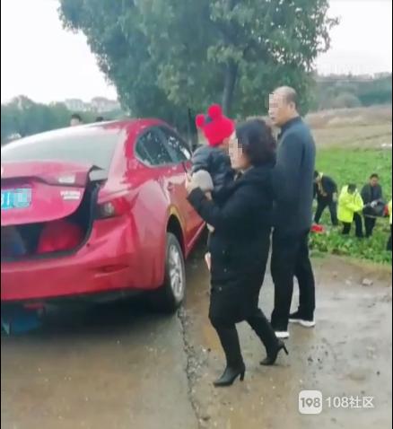 杜泽一小车与三轮车相撞,还有个人被撞飞到田里!