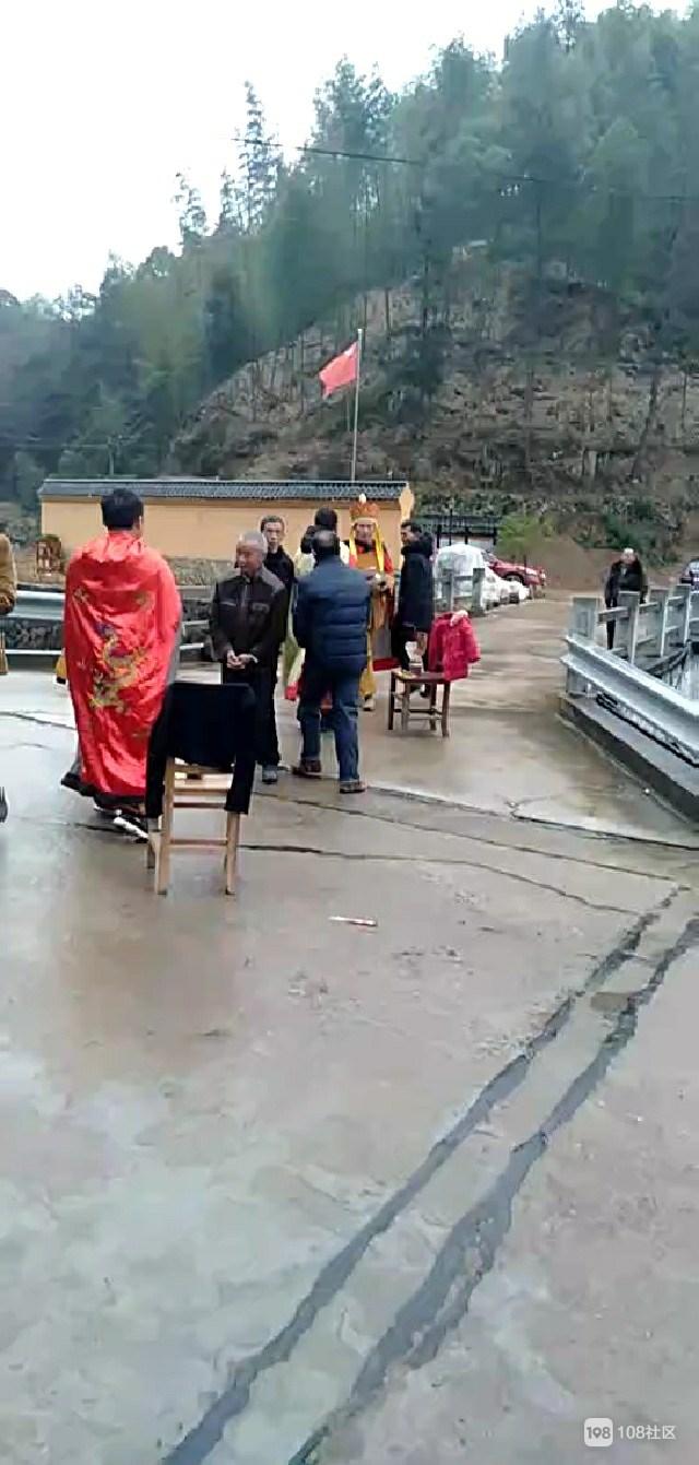 衢州这地方每年都要请道士来做法,据说能保一年平安