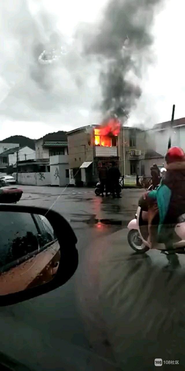 白泉一户人家起火!火不断从窗户冒出 消防已赶去