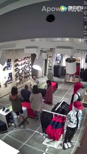 雄风新天地一女店员被男顾客一拳击倒!竟因为...
