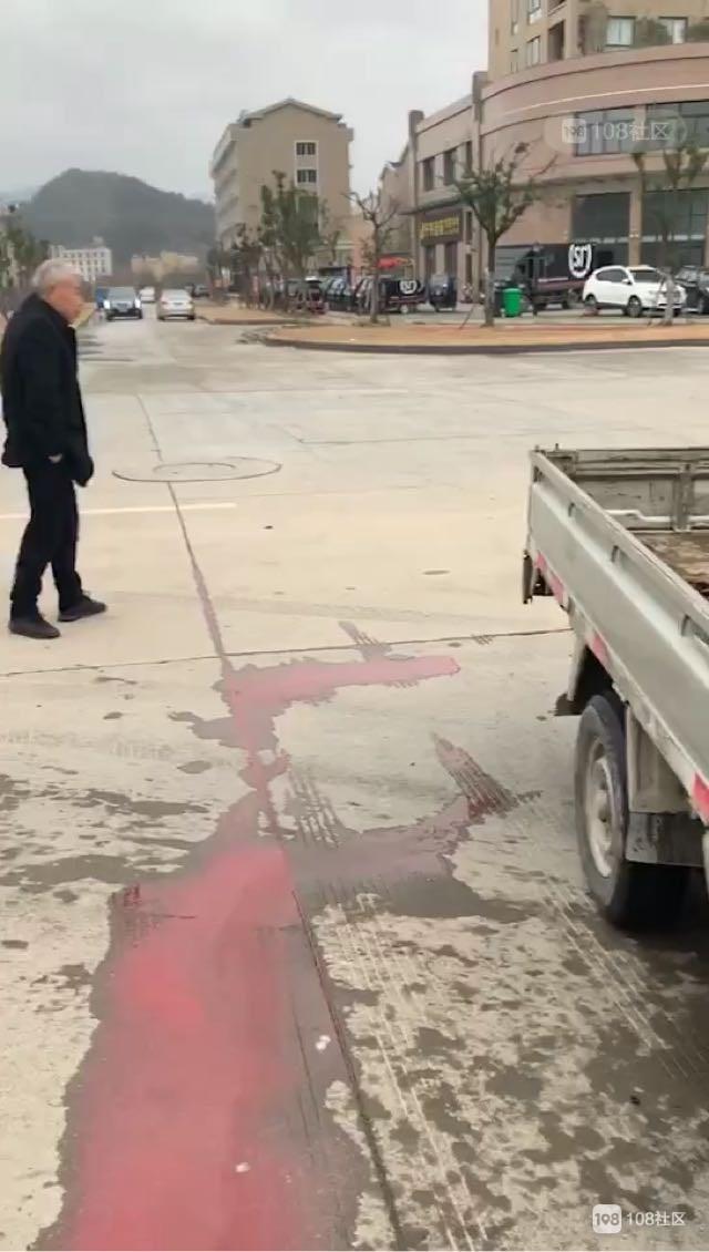 温峤两轿车大空地上撞惨了!留下一地的红色液体