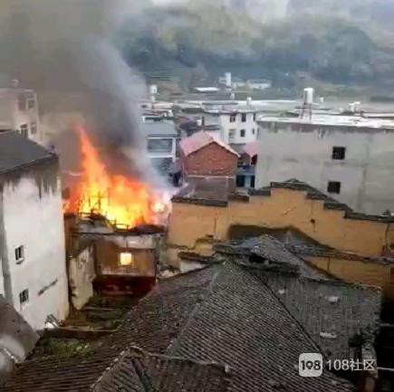 又着火!南平一木头房发生火灾,整幢楼最终毁于一旦(视频)
