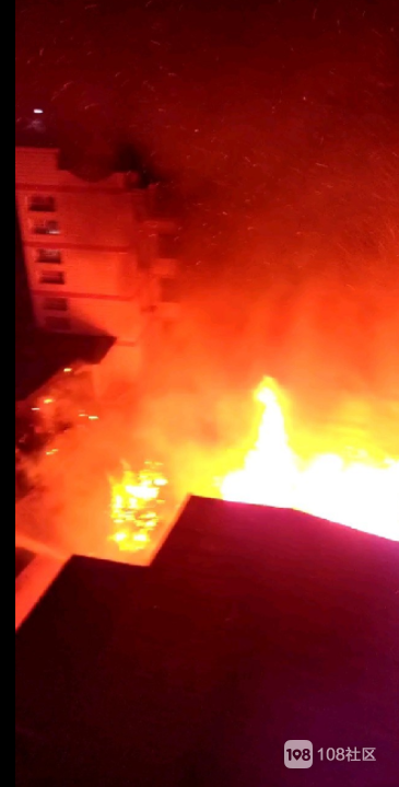 又是一老木房化为灰烬!延平某市场半夜火烧房,现场一片火海
