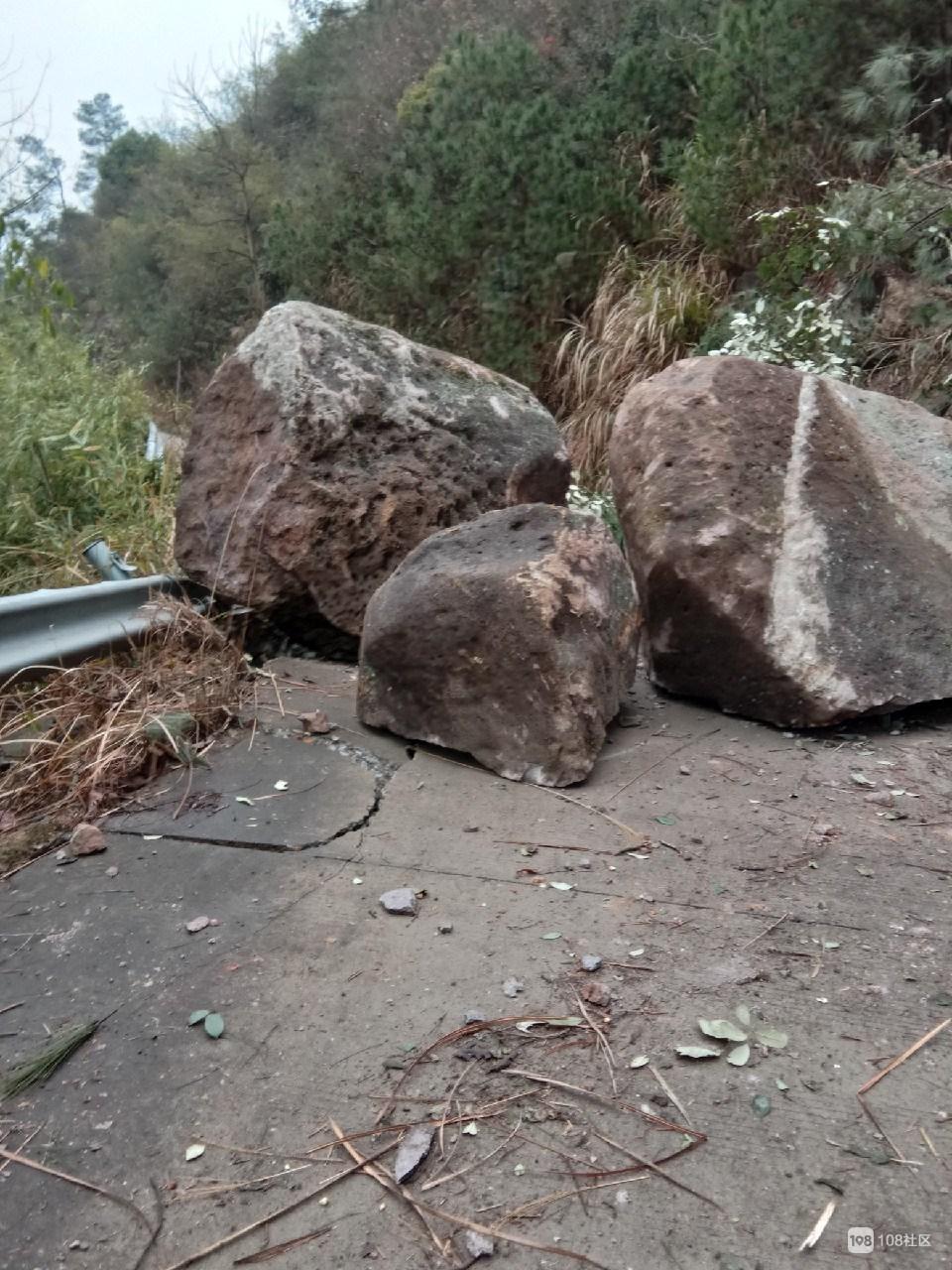 九龙湖畔发生山体滑坡,过往的行人一定要注意安全!
