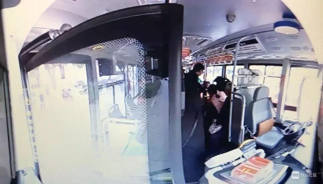 6路公交里突然传来乘客惊呼!司机赶忙开车冲向人医