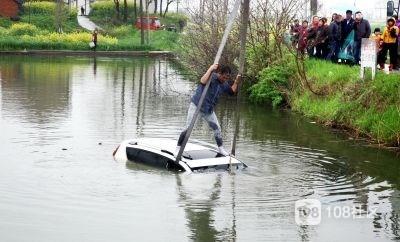 安吉惊魂一幕!溪龙男子开车冲进水塘,冻得直发抖…
