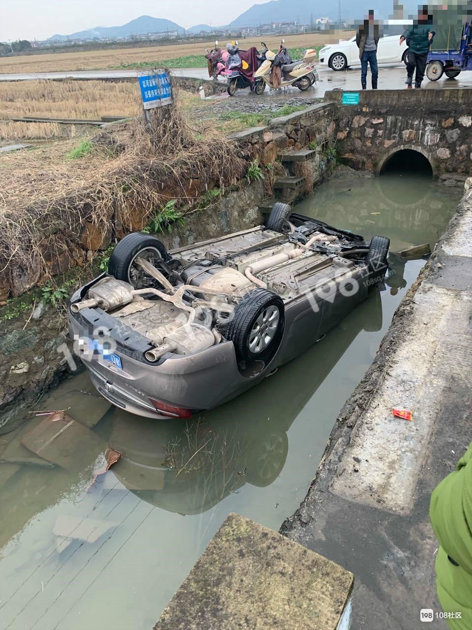 丰惠一车突然翻进沟里车顶被淹,众人齐心救人!