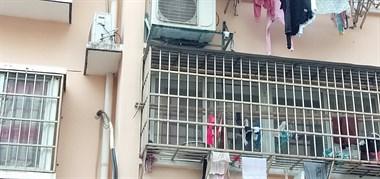 楼上邻居空调装我雨棚上 一开空调就好大水倒下来!