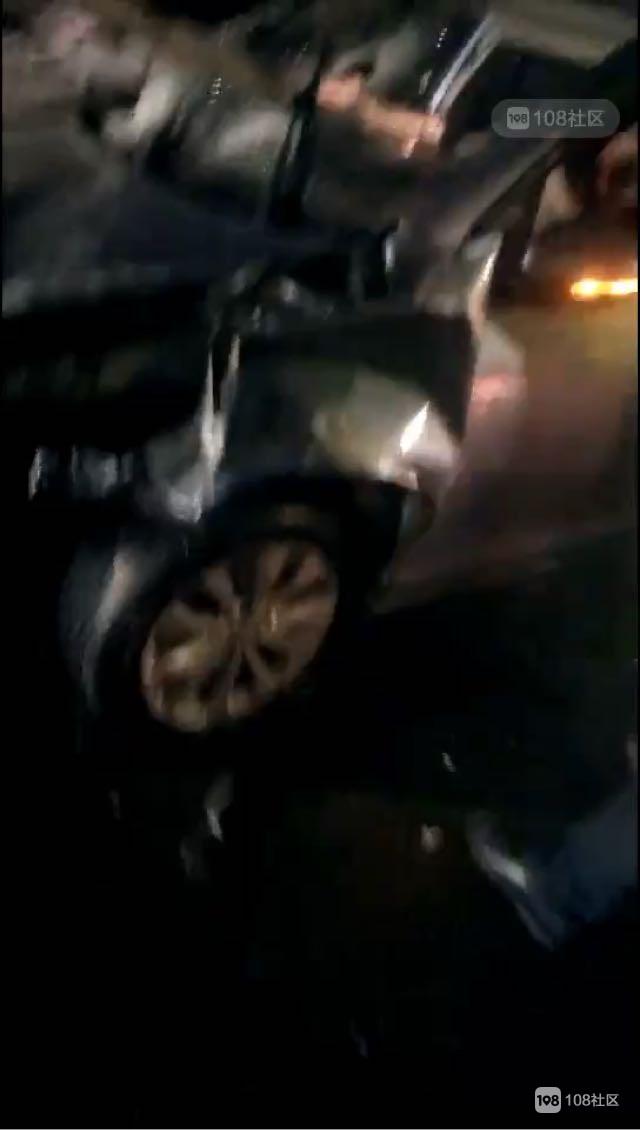 凌晨车管所门口一汽车撞上隔离带,人卡车里出不来