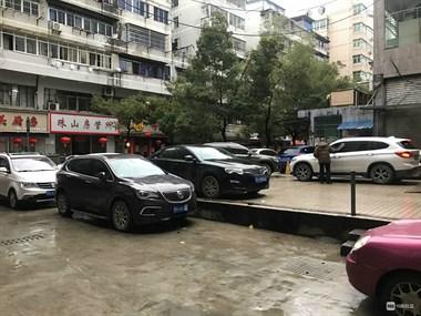 瓷都这停车场的老人素质呢?没说两句话就猛踹我车!